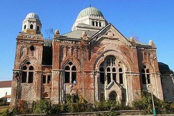 Lučenská synagóga bola najväčšou svojho druhu na Slovensku a patrila medzi rarity aj v stredoeurópskom priestore. Stavba za 1,5 milióna československých korún mala viac ako tisíc miest na sedenie.