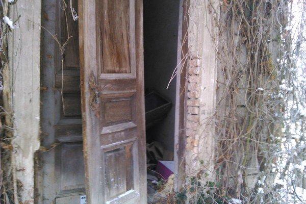 Vylomené dvere objavila hliadka Mestskej polície.