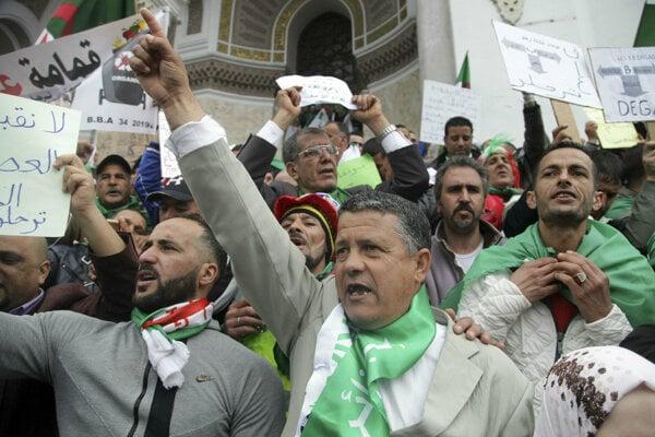 Alžírčania vyšli znova do ulíc.