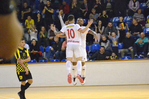 Ferreira (s desiatkou) a Lucas oslavujú gól.