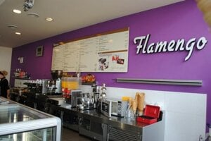 Moderne a štýlovo zrekonštruovaná cukráreň FLAMENGO je klimatizovaná s oddelenou fajčiarskou a nefajčiarskou časťou.