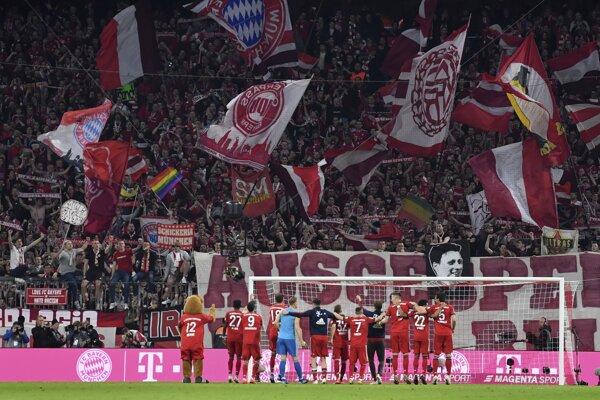 Hráči Bayernu Mníchov sa radujú s fanúšikmi.