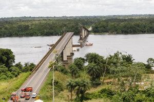 Most náraz trajektu nevydržal.