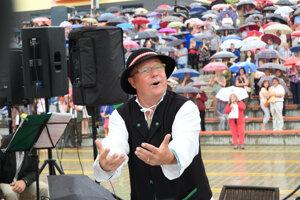 Peter Vrábeľ vedie mužský spevácky zbor Oravskí pútnici.