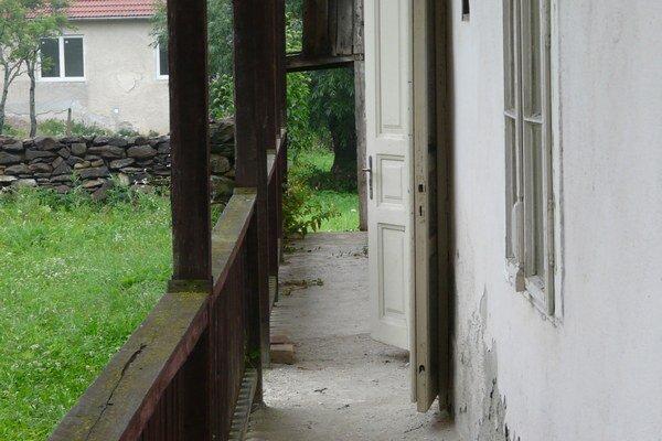Z okna spisovateľkinej izby je dodnes vidieť dom, v ktorom žila rodina, ktorá bola jej literárnou predlohou pre Ťapákovcov.