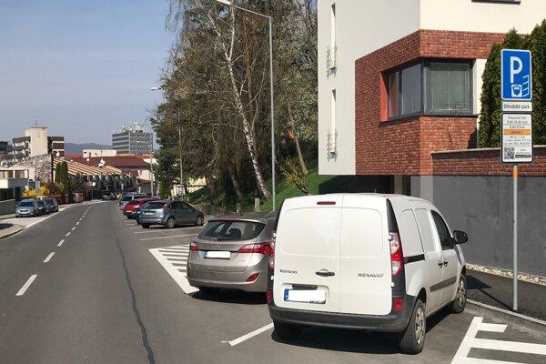 Platené parkovacie miesta sú na Partizánskej ulici v Trenčíne vyznačené už bielou farbou.
