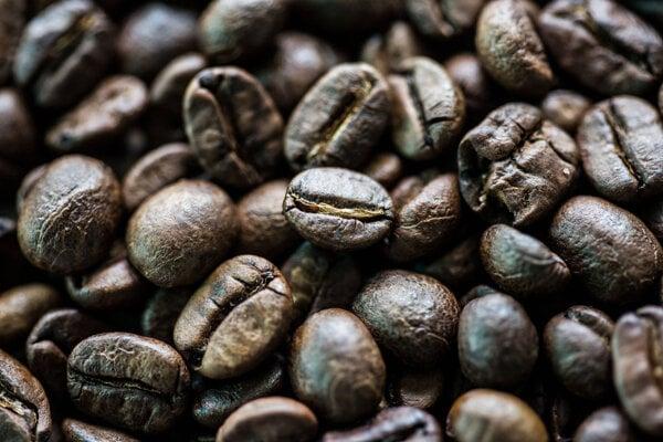 Kávové zrná v miske v thajskej dedine Ban Ta Klang.