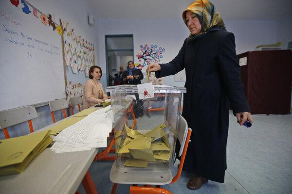 Volička hlasuje počas komunálnych volieb v Turecku v Istanbule 31. marca 2019.