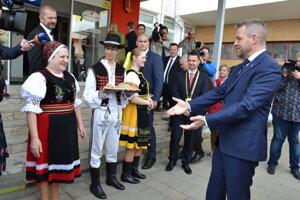 Speváčky z Krasnobridčanky sa pred premiérom prezentovali v nových krojoch.