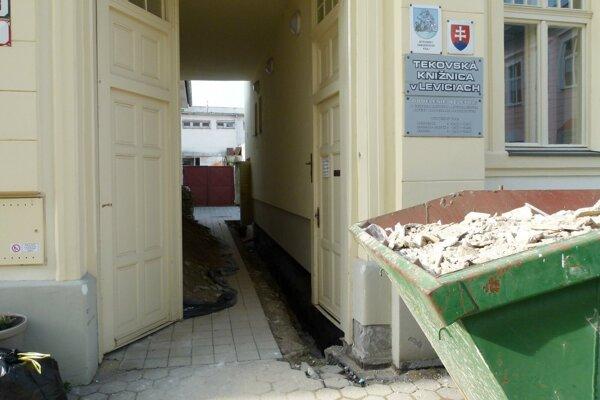 Rekonštrukcia dobovej knižničnej budovy za Mestským úradom v Leviciach sa naťahuje už piaty rok.