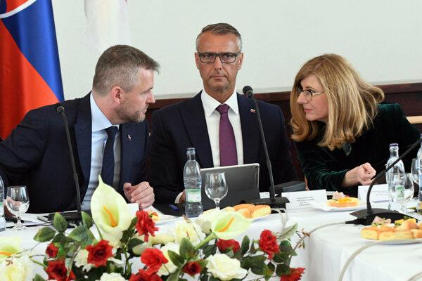 Zľava predseda vlády Peter Pellegrini, vicepremiér Richard Raši (obaja Smer) a ministerka pôdohospodárstva Gabriela Matečná (SNS).