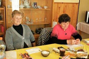 Mária Petrovičová (vľavo) aBlažena Pálešová žijú vLiešne dlho, no nepamätajú si, kedy do ich dediny zavítal nejaký politik.
