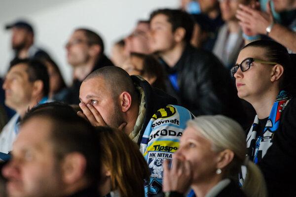 Sklamaní fanúšikovia Nitry sledujú zápas v Banskej Bystrici.