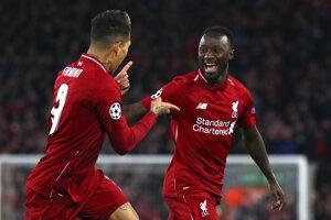 Naby Keita (vpravo) a Roberto Firmino z FC Liverpool.