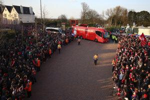 Fanúšikovia FC Liverpool čakajú na príchod svojich miláčikov.