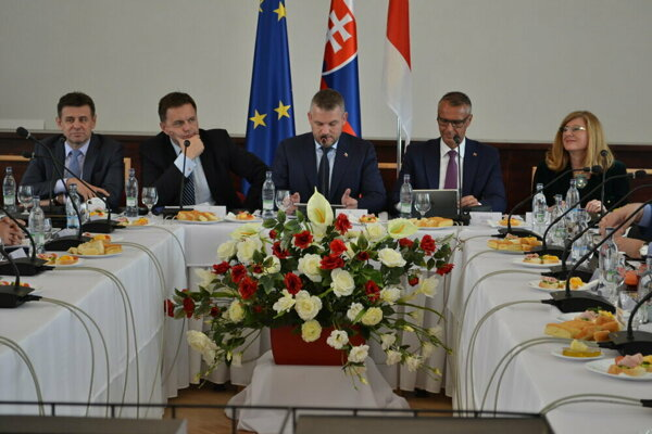 V utorok vláda zasadala v Medzilaborciach, v stredu pokračuje v Bardejove