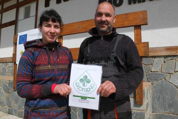 Ján Svitok s dcérou Anabelou, ktorá na farme vyrastala. S ocenením Biofarma roka 2018.