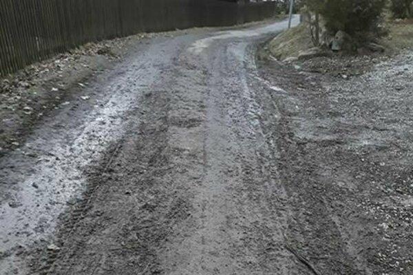 Aj takto niekedy vyzerá cesta v trstenskej mestskej časti Ústie nad Priehradou.