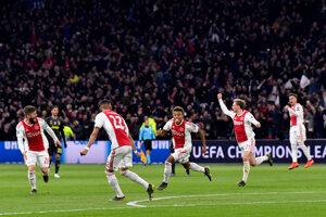 Domáci David Neres sa teší zo svojho gólu.