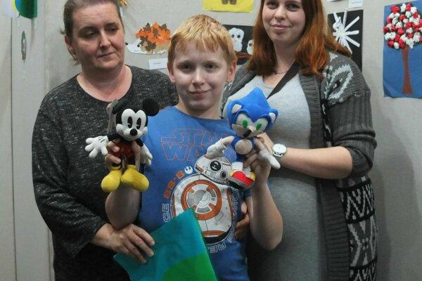 Adam s mamou a s jednou zo sestier na výstave Obrázky sveta, ktorá predstavila diela detí s autistickým syndrómom.