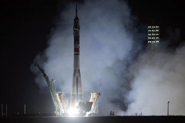 Nosná raketa Sojuz-FG s vesmírnou loďou Sojuz MS-12 štartuje z kozmodrómu Bajkonur.