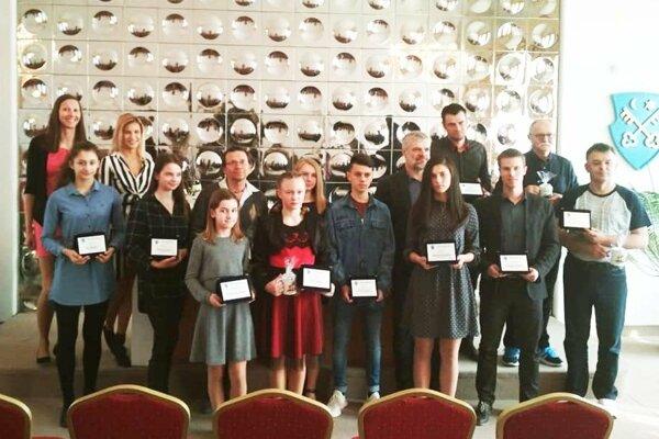 Spoločná snímka ocenených športovcov, trénerov a funkcionárov.