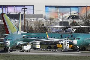 Malé lietadlo vzlietava z rentonského letiska ponad zaparkované stroje Boeing 737 Max 8. V pozadí je montážny závod Boeingu.