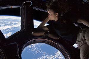 Astronautka Tracy Caldwell Dyson sa pozerá na Zem z kupoly na Medzinárodnej vesmírnej stanici.