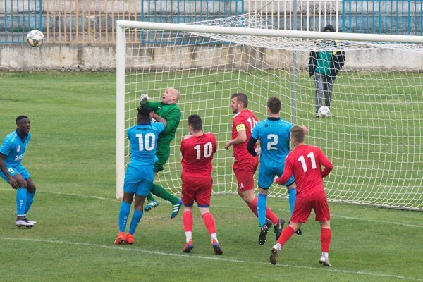 Šaľania porazili súperov z horného Považia najtesnejším rozdielom. Jediný gól strelil domáci obranca Márk Nagy (v modrom - č. 2).