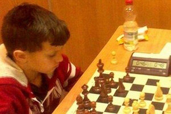 Mladý šachista z centra Novohradu.