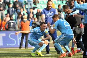 Futbalisti ŠK Slovan Bratislava sa radujú zo zisku titulu.