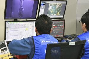 Pracovníci pracujú na odstraňovaní paliva v elektrárni Fukušima.
