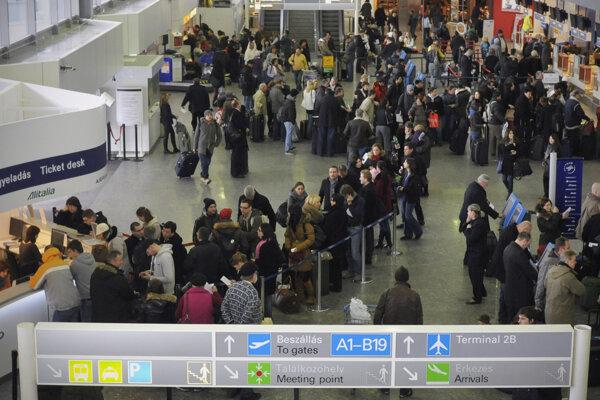 Cestujúci čakajú na informácie na medzinárodnom letisku Ferenca Liszta.