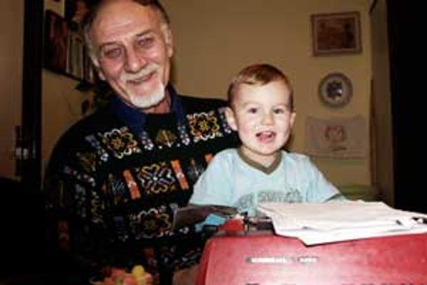 Ján Fekete rád sníva o tom, že svojim vnukom bude rozprávať rozprávky. Malý Leo už teraz rád počúva starého otca.