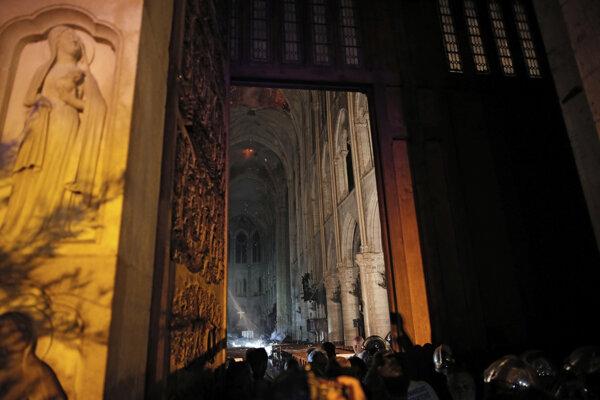 Interiér Notre-Dame po požiari.