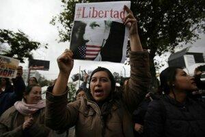 Podporovatelia Juliana Assangea demonštrujú pred ministerstvom  zahraničných vecí v ekvádorskom Quite.