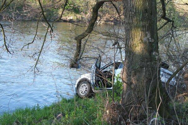 Auto takmer skončilo v rieke.