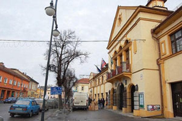 Minulý týždeň začali na mestský úrad chodiť občania, ktorí sa z neznámeho zdroja dozvedeli o nasťahovaní 100 sociálne slabších rodín z košického sídliska.