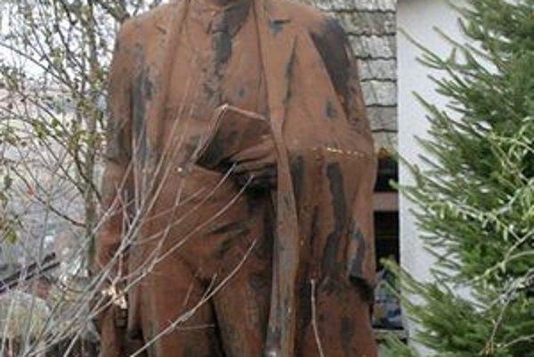 Sochy, ktoré boli populárne najmä v časoch bývalého režimu, sú pre zberateľov vďačným objektom. Táto socha V. I. Lenina stojí pri rodinnom dome v Drietome.