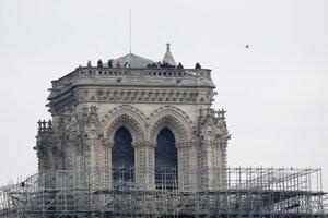 Hasiči a experti kontrolujú poškodenie katedrály.