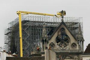 Experti kontrolujú poškodenú Katedrálu Notre-Dame