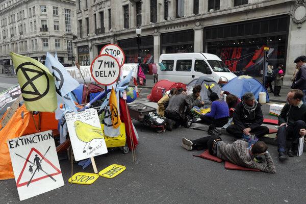 Protestujúci aktivisti v Londýne.