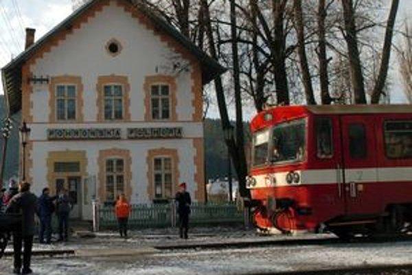 Na trati Brezno - Tisovec v súčasnosti premáva 13 spojov. Po konzultácii so zástupcami železníc navrhujú predstavitelia miestnych samospráv, aby bolo zachovaných šesť až sedem spojov.