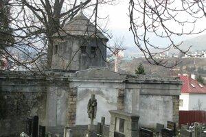 Mestskú hrobku postavili podľa návrhu architekta Peierbergera, je to zaujímavé dielo.