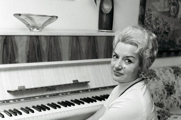 Sólistka opery SND Anna Kajabová - Peňášková, laureátka Štátnej ceny SSR. Vysoké štátne ocenenie získala za presvedčivé umelecké výkony na scéne SND, predovšetkýn za vytvorenie titulnej úlohy Pucciniho opery Madame Butterfley. Na snímke operná speváčka Anna Kajabová- Peňášková doma pri klavíri.