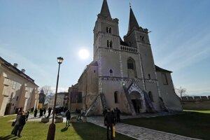 Biskupská katedrála na Spišskej Kapitule počas veľkonočnej slávnosti.