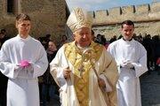 Spišský biskup sečka zdraví veriacich po skončení omše.