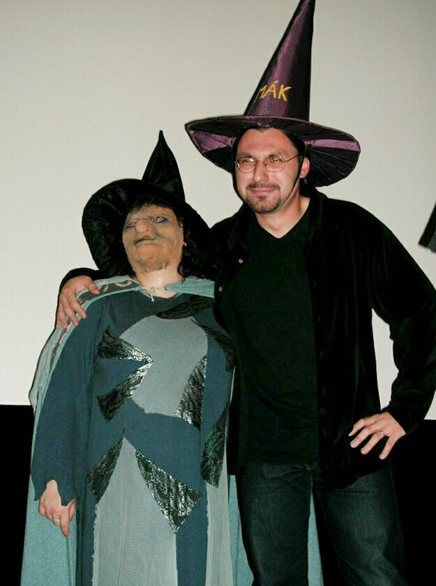 Vladislav Gális s dôležitou Pratchettovou postavou starenkou Oggovou.
