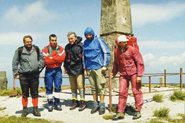 Partia turistov sa odfotila na vrchu Kráľova Hoľa.
