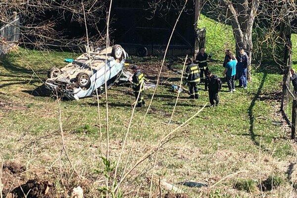 Auto skončilo na streche, posádka utrpela zranenia.